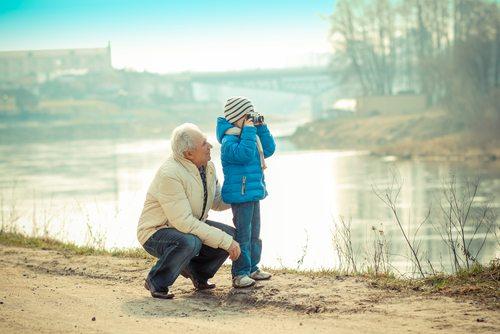 Opptak - Video Aktiv - Bestefar med barnebarn